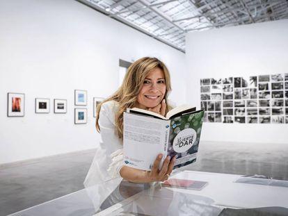 Susana Lloret en Bombas Gens y con el libro 'La suerte de dar'.