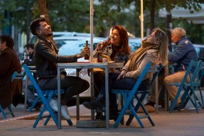 Jóvenes en una terraza de Valencia, cuando se amplió el horario el pasado mes de abril.