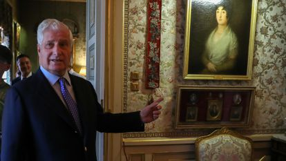 El duque de Alba, Carlos Fitz James Stuart, muestra el cuadro de Goya de la duquesa de Alba, en Madrid en septiembre de 2019.
