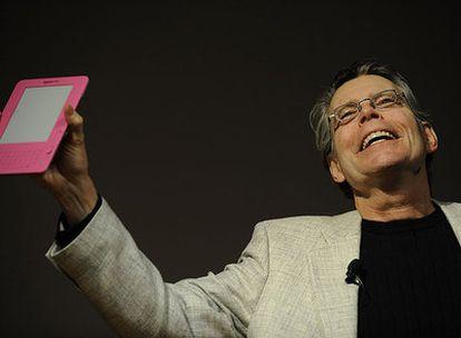 El escritor Stephen King sostiene un Kindle de nueva generación ayer en la biblioteca Morgan de Nueva York.