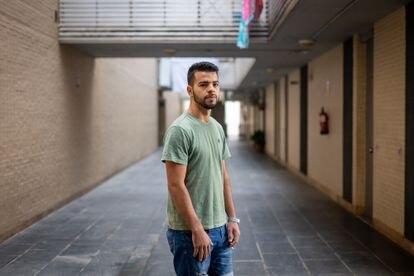 Ayoub El Bouzidi, que tiene que rechazar trabajos porque no cuenta con papeles, vive en un piso de la ONG Voluntarios por Otro Mundo en Jerez de la Frontera, Cádiz.