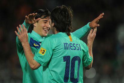 Bojan abraza a Messi tras marcar un gol al Almería.