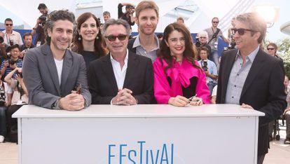 Desde la izquierda, Leonardo Sbaraglia, María Marull, Óscar Martínez, el director Damián Szifrón, Erica Rivas y Ricardo Darín, en la presentación de 'Relatos salvajes'.