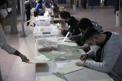 Funcionarios cierran las urnas e inician el conteo de votos en el cierre de las elecciones locales y constituyentes, en Santiago de Chile.