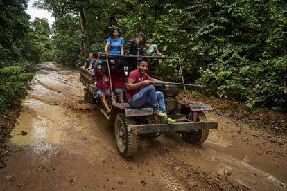 Indígenas de las etnias borari y arapiun durante el recorrido mensual de inspección del territorio en prevención de la presencia de madereros ilegales. Pinche en la foto para ver la galería completa.