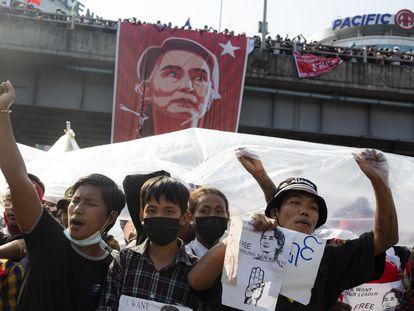 Protestas ayer en Myanmar contra el golpe de Estado.
