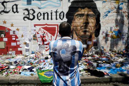 Un aficionado llora frente a una de las ofrendas a Maradona en Buenos Aires.