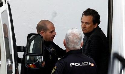 Emilio Lozoya, es escoltado por agentes de la policía española cuando sale de un tribunal, después de su detención en el sur de España el 13 de febrero de 2020.