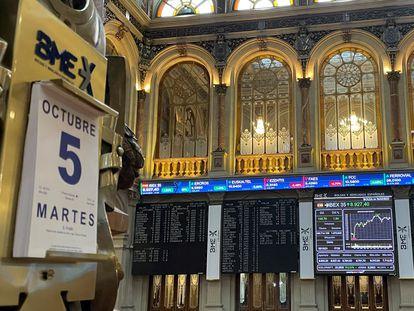 Un panel muestra la evolución del Ibex 35 este martes en el interior de la Bolsa de Madrid.