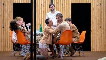 De pie, Israel Elejalde. En primer plano, Macarena Sanz y Raúl Prieto. A la izquierda, Beatriz Argüello y Carmen Arévalo. A la derecha, al fondo Hugo de la Vega, en un ensayo de Refugio.