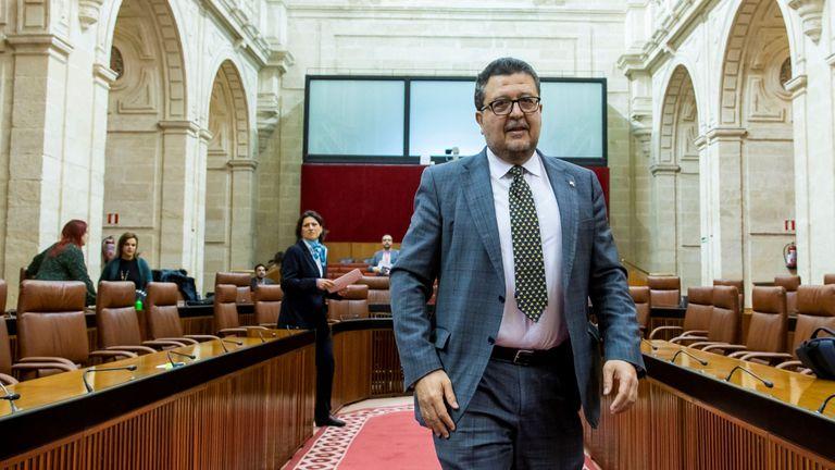 El diputado de Vox, Francisco Serrano durante un pleno del Parlamento andaluz en Sevilla, el pasado febrero.