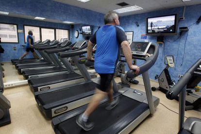 Un empleado de la fábrica de Mahou se ejercita en el gimnasio de la compañía