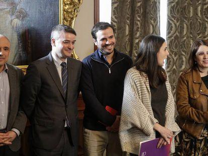 Rafael Simancas, Iván Redondo, Alberto Garzón, Irene Montero y Adriana Lastra, en la firma del acuerdo entre PSOE y Unidas Podemos.