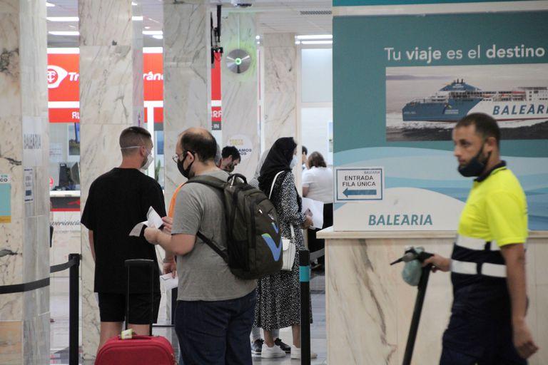 Viajeros acceden a la zona de embarque del puerto de Ceuta que conecta la ciudad autónoma en ferri con la península. EFE/Reduan