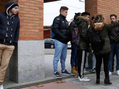 Varias personas, a las puertas de los juzgados de Aranda de Duero, el pasado 13 de diciembre.