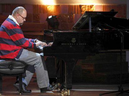 Carlos Ruiz Zafón, tocando el piano en le Palau de la Música.