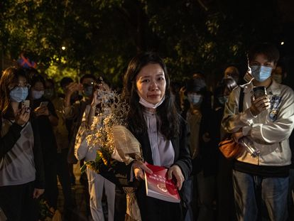 La joven Zhou Xiaoxuan habla a sus simpatizantes tras la audiencia sobre su denuncia por acoso sexual contra su antiguo jefe