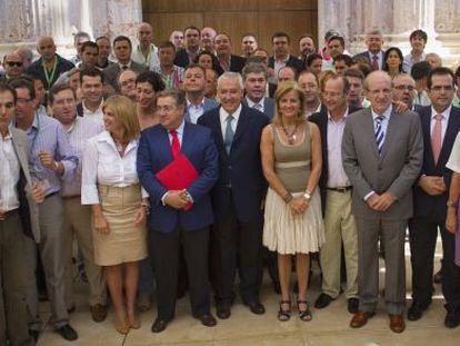 Alcaldes y diputados del PP, con Javier Arenas al frente, ante la puerta del salón de plenos del Parlamento.