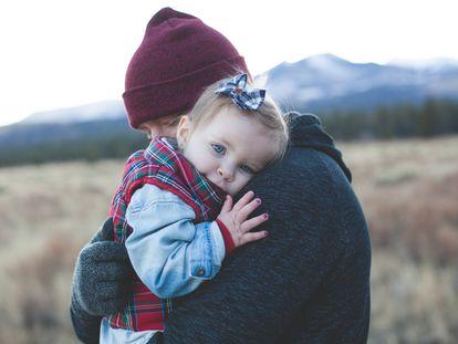 Un padre abraza a su hija.