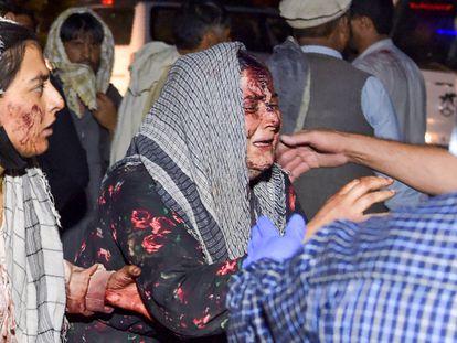 Una mujer herida llega al hospital tras las dos explosiones de este jueves cerca del aeropuerto de Kabul.