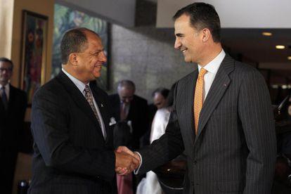 El príncipe de Felipe, a la derecha, y el presidente electo de Costa Rica
