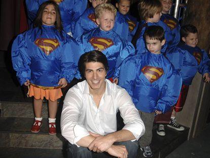 En 2005, la maquinaria estaba preparada para convertir a Routh en una gran estrella: el museo Madame Tussaud de Nueva York le dedicó su propia figura de cera. En la imagen, durante la inauguración rodeado de niños admiradores de Superman.