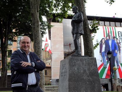 El presidente del Euzkadi Buru Batzar, Andoni Ortuzar, posa ante la estatua de Sabino Arana y la sede del PNV, la Sabin Etxea, en Bilbao el 2 de julio. FERNANDO DOMINGO-ALDAMA