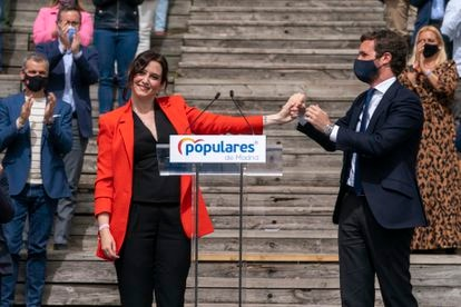 The president of the Community of Madrid, Isabel Díaz Ayuso, together with the leader of the PP, Pablo Casado, during the presentation of the candidacy.