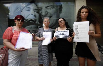 Varias afectadas por el fraude de las clínicas dentales, ayer en Madrid.