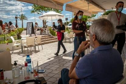 El ambiente en la terraza de un restaurante del puerto de Gandía, en fase 1, el pasado día 11 de mayo.