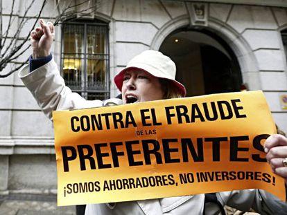 Una protesta de afectados por las preferentes ante la Audiencia Nacional. / EFE