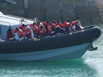 La policía lleva a un grupo de inmigrantes hasta el puerto de Dover (Reino Unido), el pasado domingo
