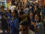 Jóvenes tras el toque de queda en el centro de Madrid, este viernes.