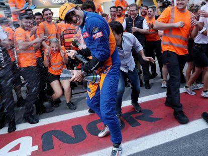 Carlos Sainz celebra su primer podio.