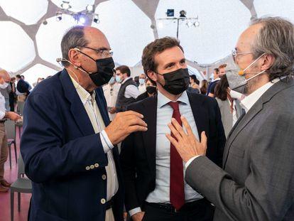 Pablo Casado, junto al exportavoz de Ciudadanos Juan Carlos Girauta y el expresidente del PP catalán Alejo Vidal-Quadras, en la convención del PP el pasado miércoles.