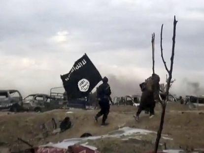 Varios combatientes portan la bandera del ISIS, en un fotograma de un vídeo publicado por el grupo terrorista.