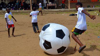 Un niño patea un balón hinchable en el barrio de Port Bouët, en Abiyán.