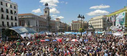 La Puerta del Sol repleta de gente que participa en las votaciones de propuestas a mediodía.