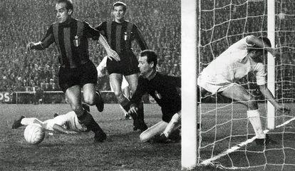 Suárez rescata un balón del área chica, en presencia de Facchetti, Sarti y Pirri, en el Bernabéu.