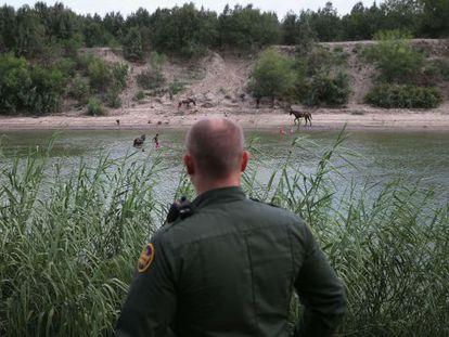 Un agente vigila la frontera entre México y EE UU desde Texas