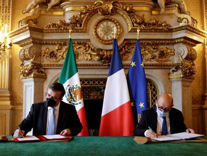 El ministro de Relaciones Exteriores de México, Marcelo Ebrard (izquierda), y el de Francia, Jean-Yves Le Drian, durante la firma del acuerdo en París este 1 de julio.