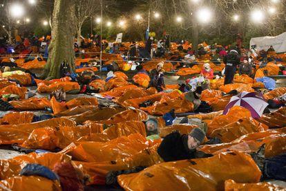 Personas pasan la noche en la calle en el evento de 2017 en Edimburgo.