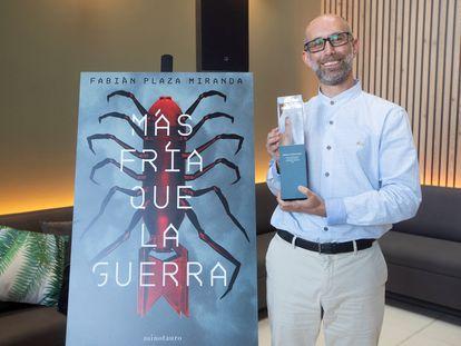 El escritor Fabián Plaza posa con el premio Minotauro de ciencia ficción y literatura fantástica por su novela 'Más fría que la guerra' durante el acto de entrega del premio en Barcelona este miércoles.