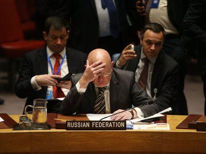El embajador de Rusia ante la ONU, Vassily Nebenzia, escucha este jueves las conclusiones de la investigación del
