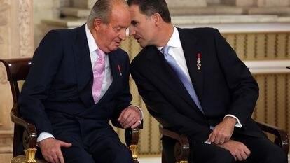 Juan Carlos I, en el acto solemne de la sanción de la Ley Orgánica de la abdicación junto a su hijo Felipe.