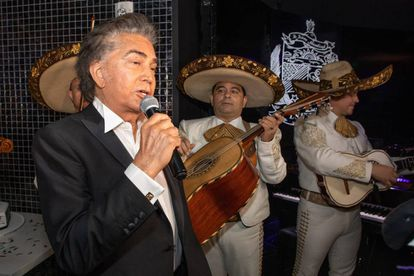 El Puma canta junto a los mariachis en su 76 cumpleaños, en Miami, el pasado 14 de enero.