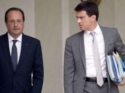 François Hollande (izq) junto a Manuel Valls, este martes en el Elíseo.