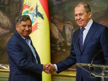 El canciller de Bolivia, Rogelio Mayta, saluda al ministro de Exteriores de Rusia, Serguéi Lavrov, este viernes en Moscú.