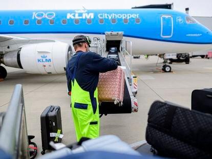Un operario sube las maletas a un vuelo de KLM en el aeropuerto alemán de Dresde el pasado mes de agosto.