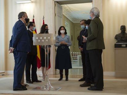 La presidenta de la Comunidad de Madrid, Isabel Díaz Ayuso, conversa este miércoles con su equipo al término de una rueda de prensa en la sede regional, tras el anuncio de elecciones para el próximo 4 de mayo, en Madrid (España).